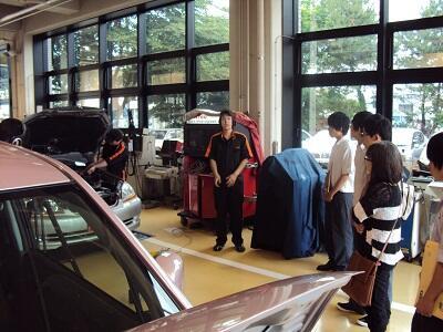 自動車整備科を学生が説明